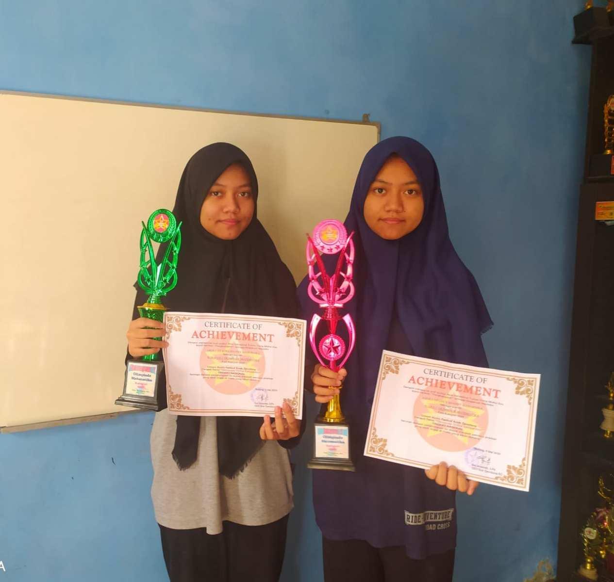 Siswi-MTsN-2-Kota-Malang-Abdillah-Lucy-S.-M.-dan-Abdillah-Wina-S.-M.-Juara-Olimpiade-Matematika-tingkat-Nasional-