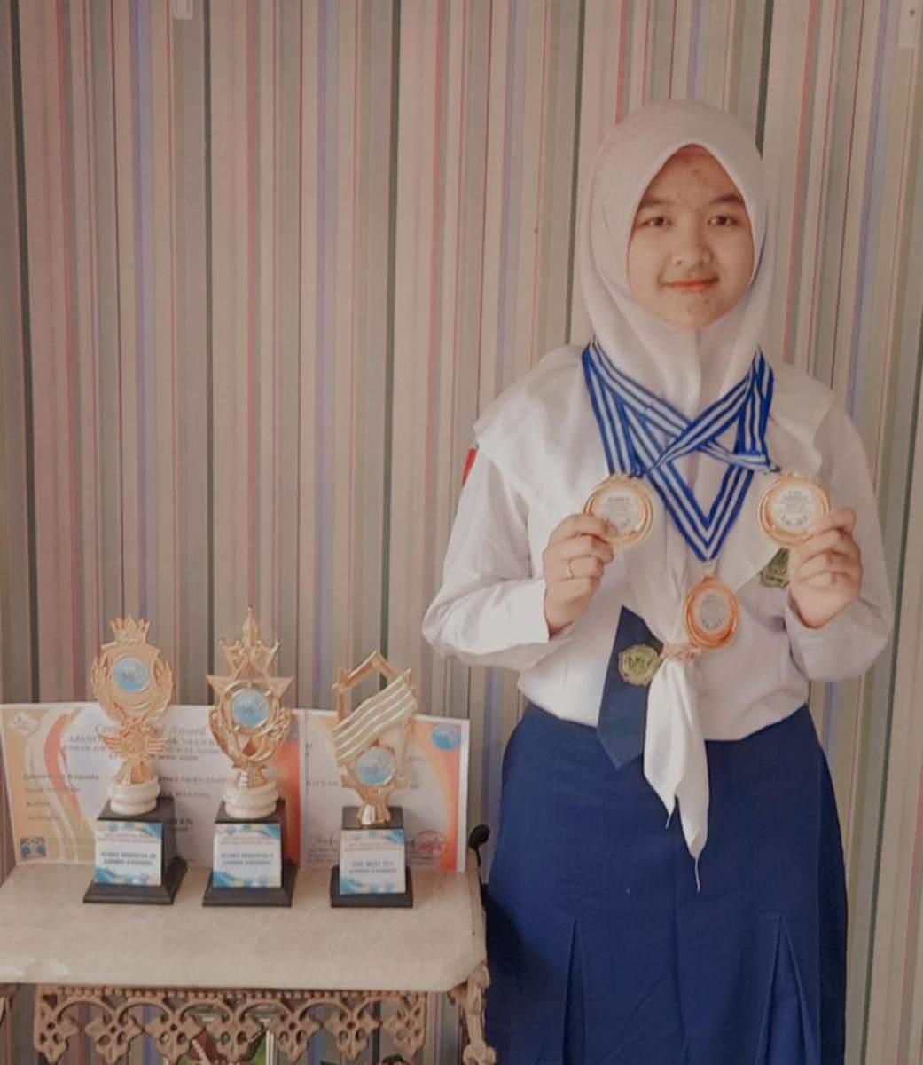 Syahna-Dwi-Setyaningtyas-Siswi-MTsN-2-Kota-Malang-Peraih-Juara-Olimpiade-Matematika-dan-Fashion